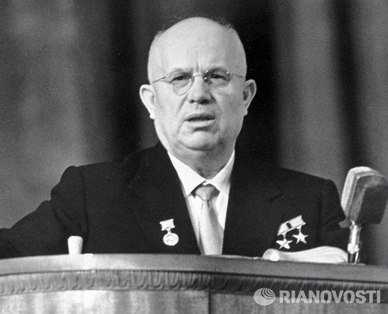 Никита Сергеевич Хрущев выступает на митинге трудящихся