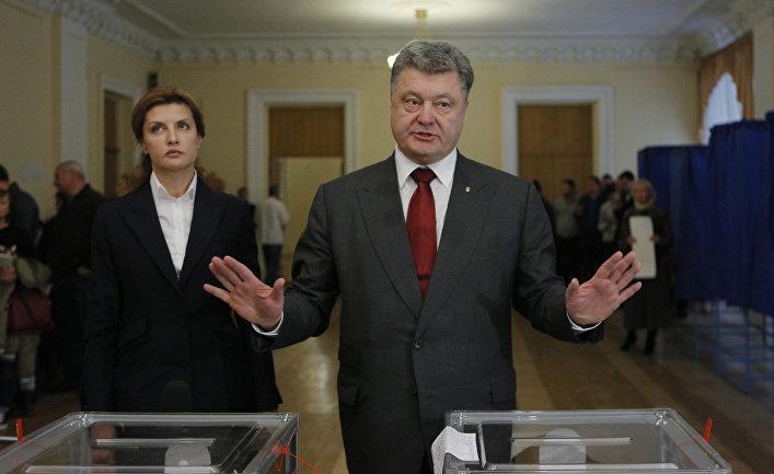 Президент Украины Петр Порошенко общается с прессой во время проведения местных выборов в Украине