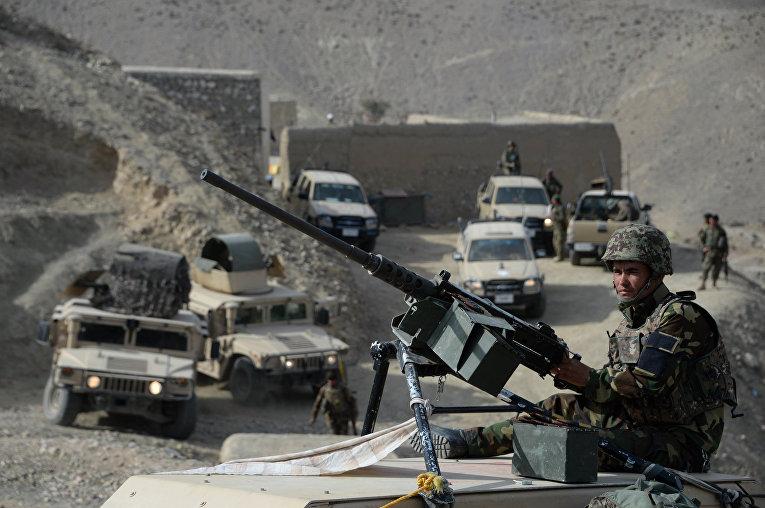 Афганские силы безопасности после операции против боевиков исламского государства (ДАИШ) в провинции Нангархар