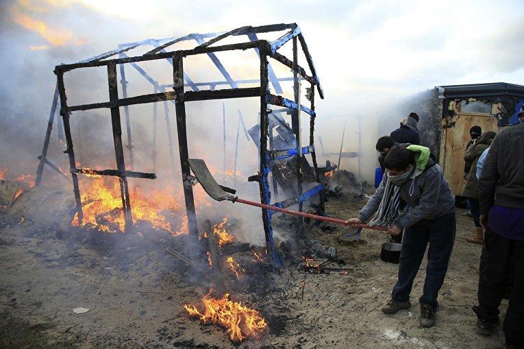 """Последствия пожара в лагере эмигрантов """"Джунгли"""", недалеко от Кале"""