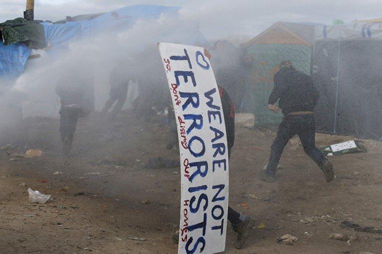 """Жители стихийного лагеря """"Джунгли"""" возле Кале во время беспорядков"""