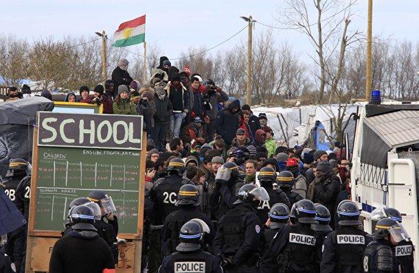 """Жители стихийного лагеря """"Джунгли"""" и сотрудники полиции возле Кале во время беспорядков"""