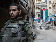Военнослужащий Сирийской Арабской армии в жилом квартале города Алеппо