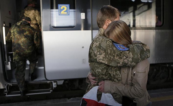 Солдат украинской армии обнимает свою сестру перед отправкой в зону боевых действий на востоке Украины