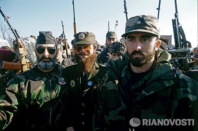 С.Радуев со своими сторонниками во время митинга в Грозном