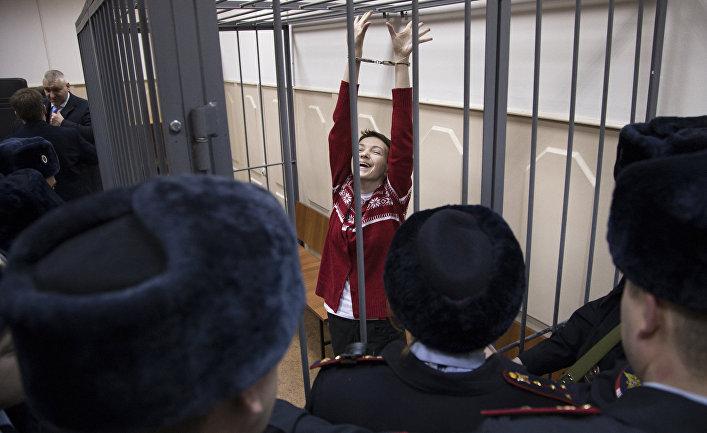 Украинская летчица Надежда Савченко реагирует слушает решение суда