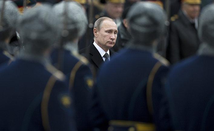 Президент России Владимир Путин на церемонии возложения венка к Могиле Неизвестного Солдата у Кремлёвской стены в День защитника Отечества