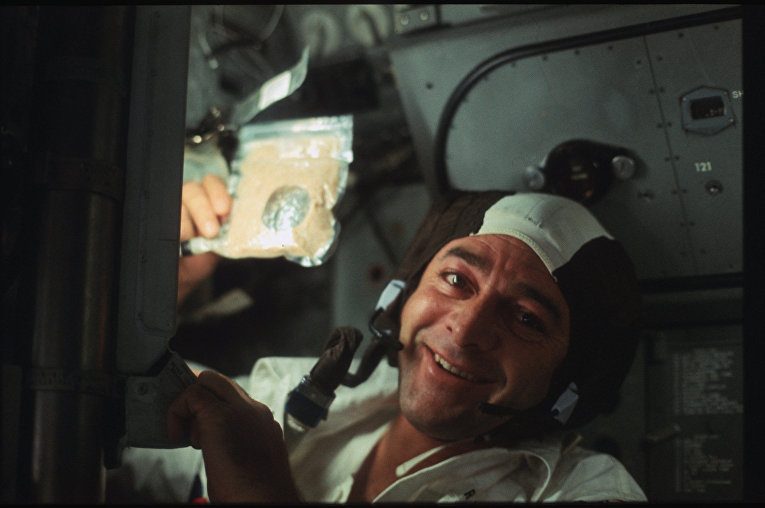 Миссия «Аполлона-17»: Роналд Эванс с пакетом супа