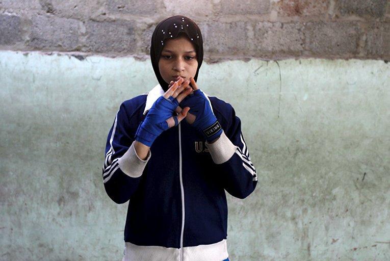 Девочки занимаются боксом в Карачи