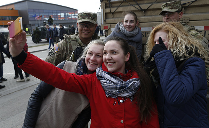 Девушки фотографируются с американскими солдатами во время учений Dragoon Ride