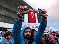 Сотрудник оппозиционной газеты Zaman во время акции протеста в Стамбуле