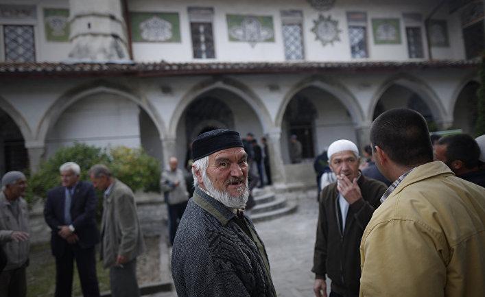 Крымские татары общаются после молитвы в день праздника Курбам-Байрам