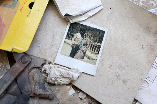 Фотография семейной пары в одном из разрушенных домов в пригороде Дамаска