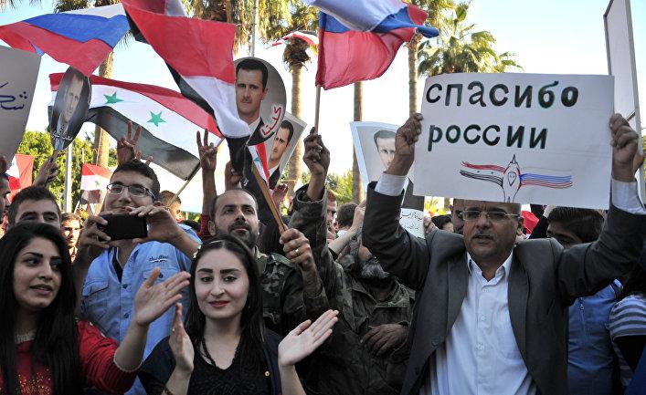 Участники митинга в Тартусе в поддержку операции Воздушно-космических сил РФ в Сирии