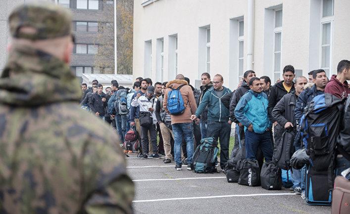 Мигранты ожидают распределения в городе Торнио в Финляндии