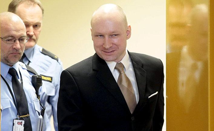 Тюремная охрана конвоирует Андерса Брейвика в зал суда