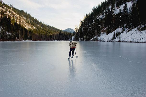 Хоккей на замершем озере в горах