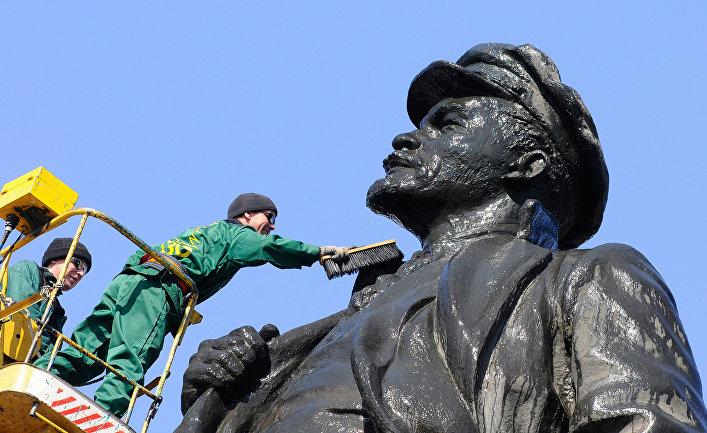 Памятник В.И. Ленину помыли в Красноярске