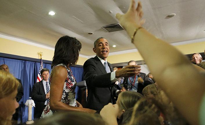 Президент США Барак Обама вместе с женой общаются с сотрудниками посольства в Гаване
