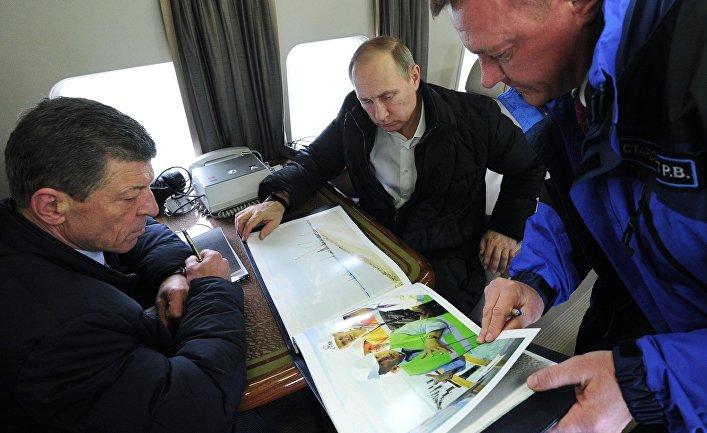 Президент России Владимир Путин (в центре) во время облета транспортного перехода через Керченский пролив. Слева - заместитель председателя правительства РФ Дмитрий Козак