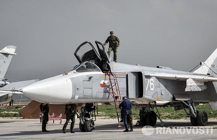 """Российский фронтовой бомбардировщик Су-24 готовится к вылету с авиабазы """"Хмеймим"""" в сирийской провинции Латакия"""
