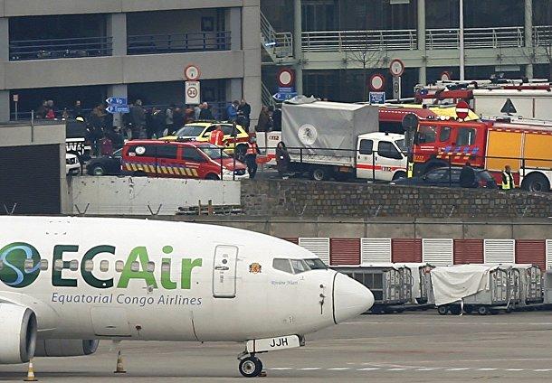 Службы спасения на месте взрыва в аэропорту в Брюсселе