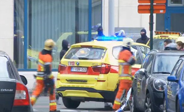 Службы спасения работают на месте взрывов в аэропорту в Брюсселе