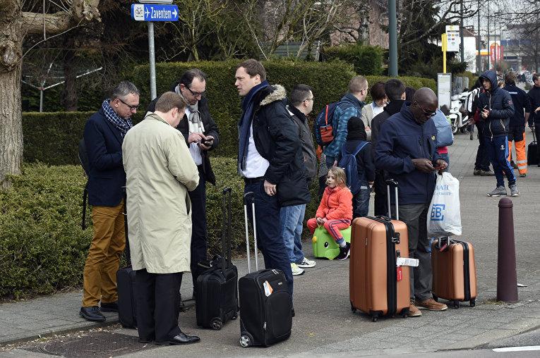 Пассажиры возле аэропорта в Брюсселе