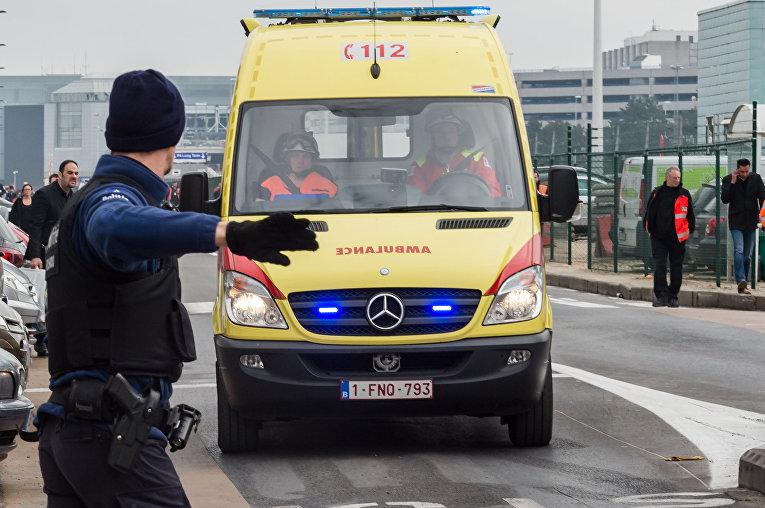 Скорая помощь на месте взрывов в аэропорту Брюсселя