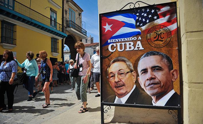 Постер с изображениями президентов США и Кубы на улице в Гаване