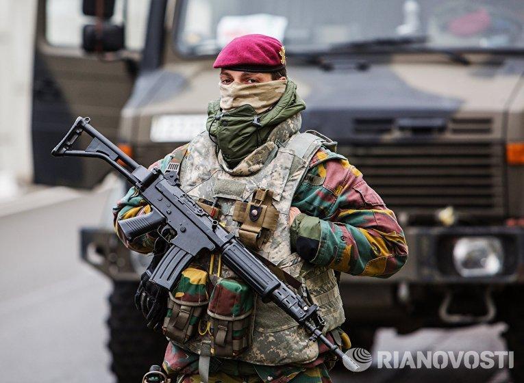 """Военнослужащий обеспечивает безопасность в аэропорту """"Завентем"""" в Брюсселе, где 22 марта произошел взрыв"""