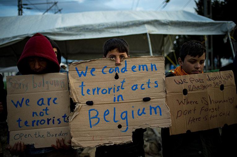 Дети мигрантов на границе Сербии и Македонии с плакатами, осуждающими теракты в Брюсселе