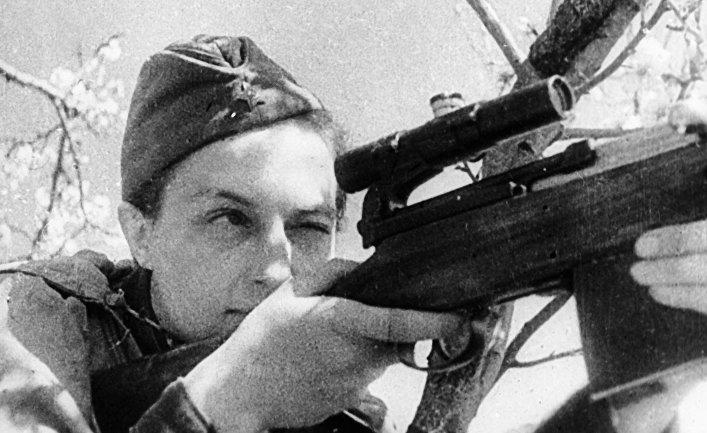 Снайпер Людмила Павлюченко ведет прицельный огонь