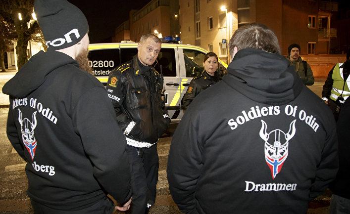 Участники уличного антимигрантского патруля «Солдаты Одина»