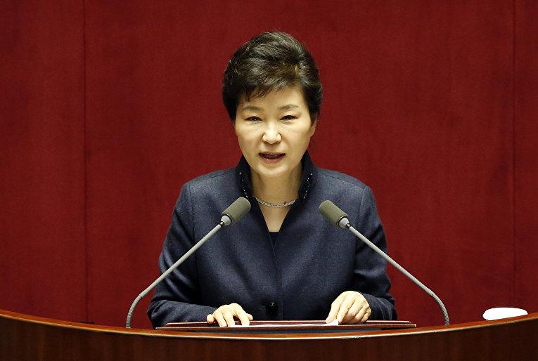 Президент Республики Корея Пак Кын Хе выступает на Национальной ассамблее в Сеуле
