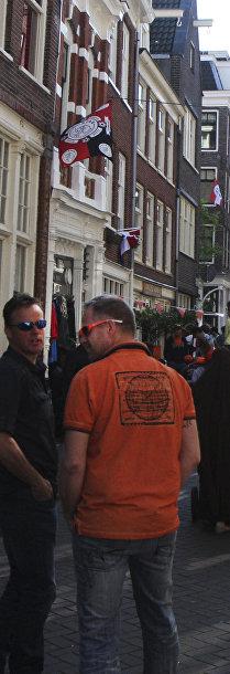 Люди отмечают День короля на улицах Амстердама