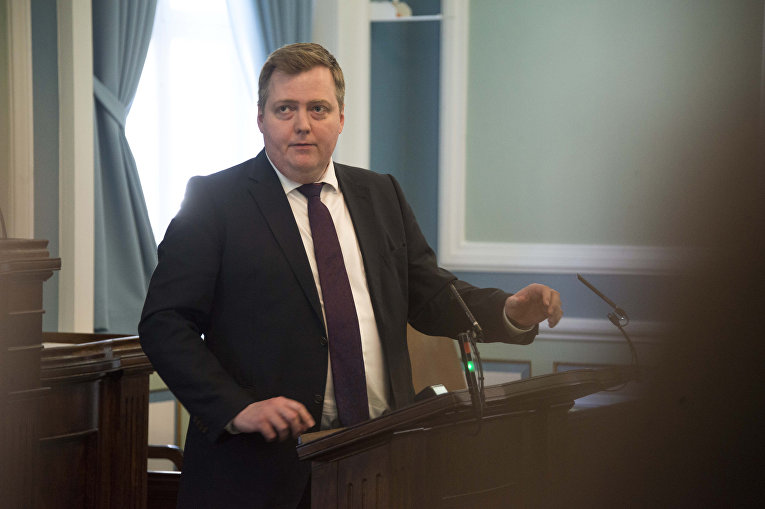 Премьер-министр Исландии Сигмюндюр Давид Гюннлёйгссон на парламентской сессии в Рейкьявике