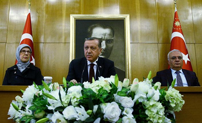 Президент Турции Реджеп Тайип Эрдоган во время пресс-конференции в аэропорту Ататюрк в Стамбуле