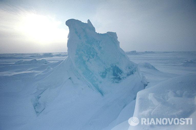 Ледяные торосы около российской дрейфующей станции «Северный полюс-2015»
