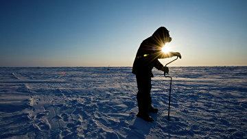 Российский ученый бурит лед для взятия пробы (керн льда) на дрейфующей ледовой станции «Барнео» в районе Северного Полюса
