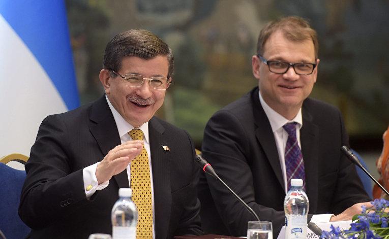 Премьер-министр Турции Ахмет Давутоглу и премьер-министр Финляндии Юха Пеетри Сиипиля
