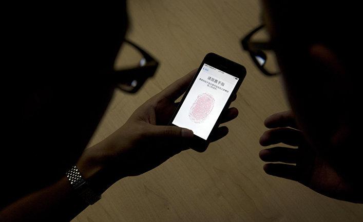 Пользователи iphone 5s в целях безопасности настраивают распознавание отпечатков пальцев на своем смартфоне