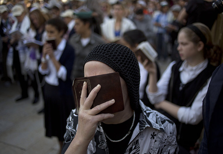 Ортодоксальная еврейка молится у Стены плача в Иерусалиме