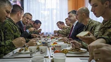 Петр Порошенко и Йенс Столтенберг на военном полигоне во Львовской области, открытие совместных учений Украины и НАТО