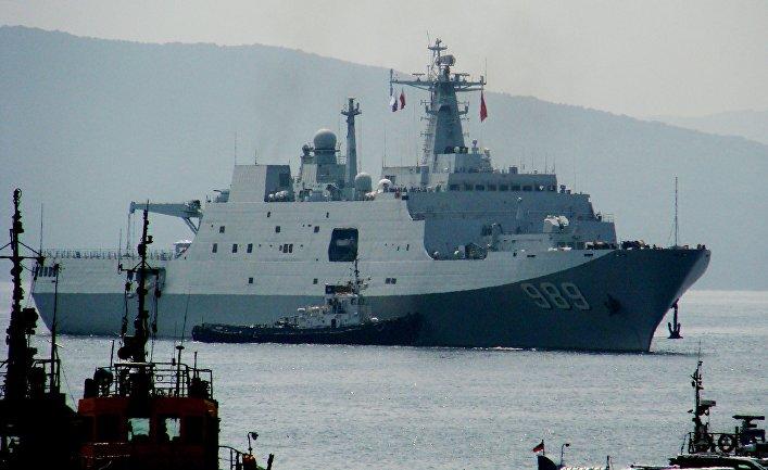 """Десантный корабль """"Чанбайшань"""", прибывший во Владивосток в составе отряда из семи кораблей ВМС Китая для участия во втором этапе учений """"Морское взаимодействие - 2015"""""""