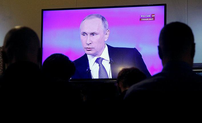 Журналисты смотрят трансляцию ежегодной специальной программы «Прямая линия с Владимиром Путиным»