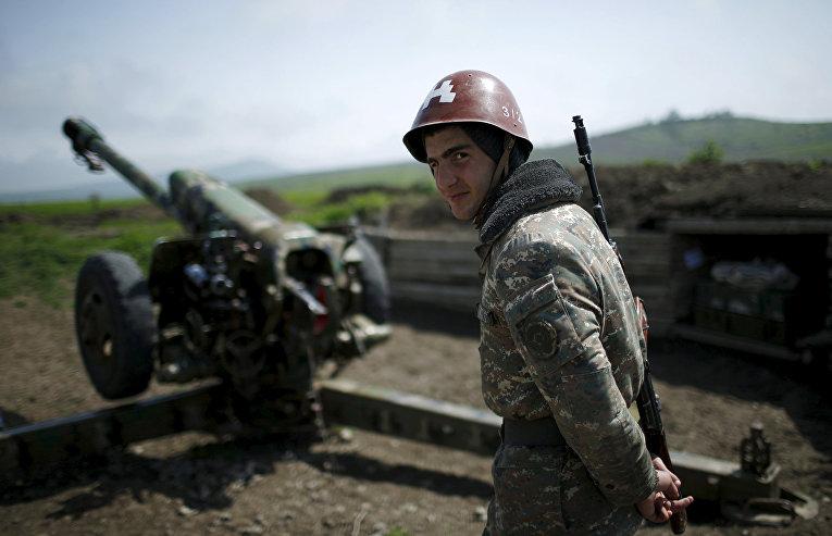Армянский солдат на артиллерийской позиции