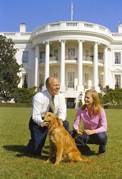 Президент Джеральд Форд с дочерью Сьюзан на Южной лужайке Белого дома