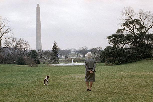 Первая леди Барбара Буш прогуливается по Южной лужайке Белого дома