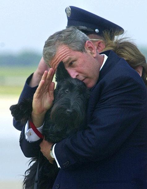 Джордж Буш-младший выходит из «борта Номер Один» на авиабазе Эндрюс
